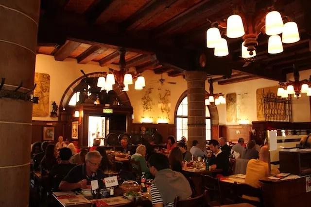 o salão do movimentado restaurante