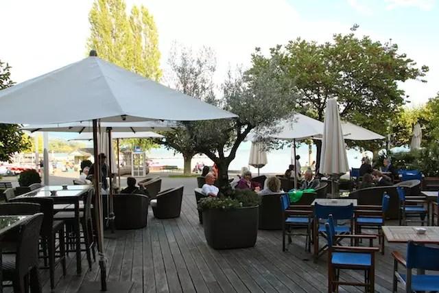 as mesas ao ar livre do bar do hotel para curtir todo o astral do Lago Léman em Ouchy