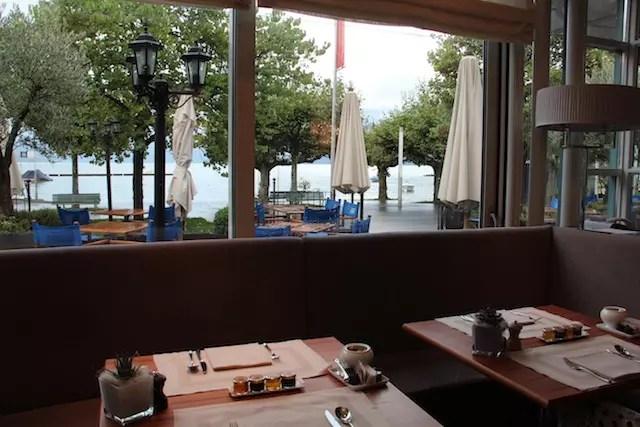 mesas com vista para o Lago - uma pena que estava chovendo na hora do meu café.