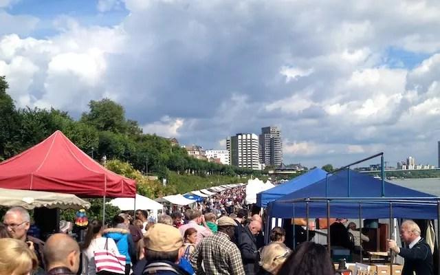 A feira de sábado às margens do Reno
