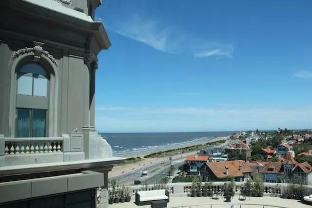 a praia e o hotel