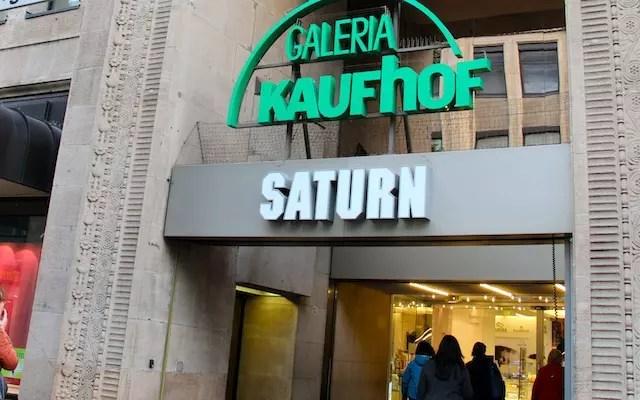 Galeria Kaufhof, muitos andares com tudo. Não deixe de visitar o setor de esportes . Artigos de futebol é aqui!