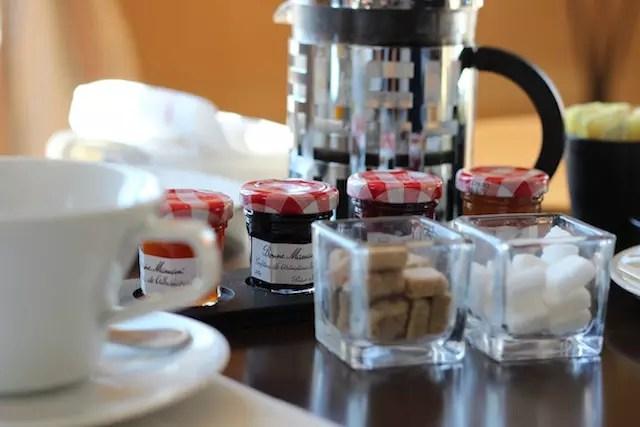 Essas geleias francesas são meu mundo! E a cafeteira francesa à mesa, não é um charme?