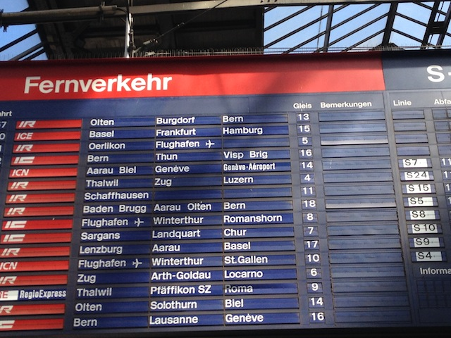 todas as estações tem os painéis com os horários e plataformas para embarque