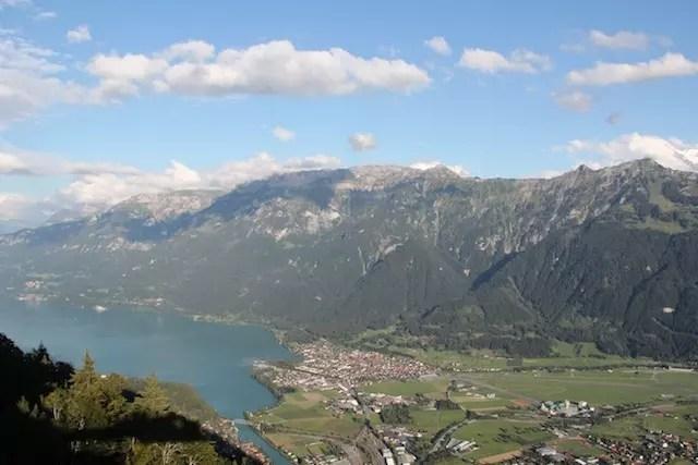 Do outro lado, o Lago de Brienz