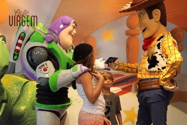 Sempre com filas, o Pixar Place é o ponto de encontro do Buzz e Woddy