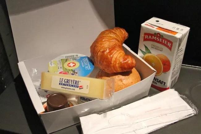 A despedida do queijo e do iogurte suíço. Na maletinha também: geleia, creamcheese, 2 pães e suco