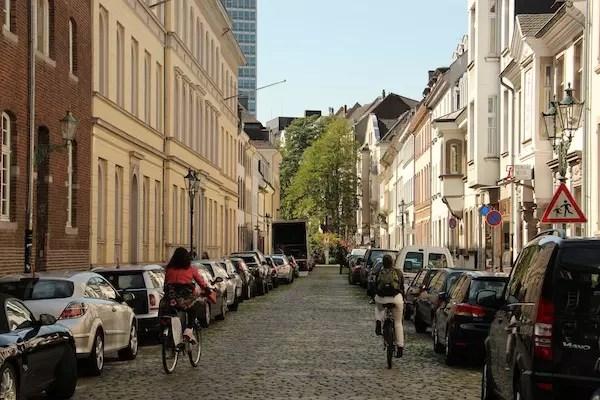 Em frente ao FilmmMuseum, uma ruela imperdível para pedalar e se apaixonar: CitadellStraße