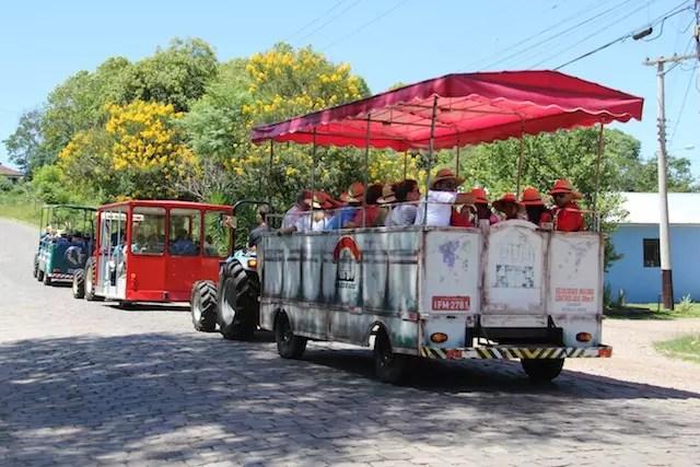 O meio de transporte que guia os turistas pelo Vale durante a Vindima!