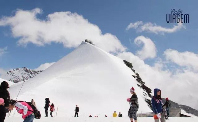 Do Plateau é possível ver o espaço (no topo da montanha de neve) onde estão situados as atrações como restaurantes, lojas, Galeria do Gelo, entre outras