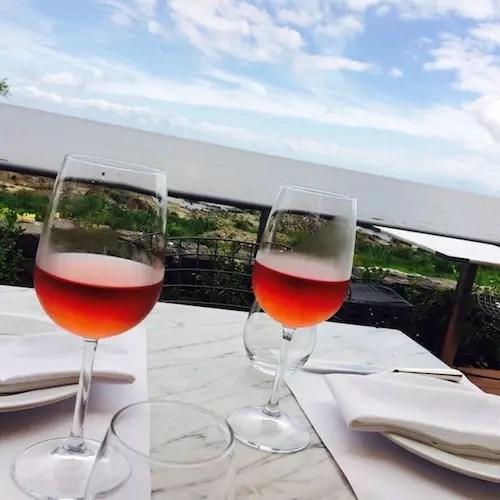 No verão vai bem um vinho nas mesas da rua no Charco