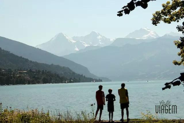 O visual do verão visto do Parque de Schaudau (em frente ao castelo) na cidade de Thun. A região está situada entre os lagos Thun e Brienz, lagos cristalinos, e pelo imponente trio rochoso de Eiger, Mönch e Jungfrau
