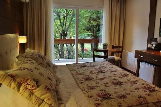 o conforto dos quartos com vista para o jardim e piscina