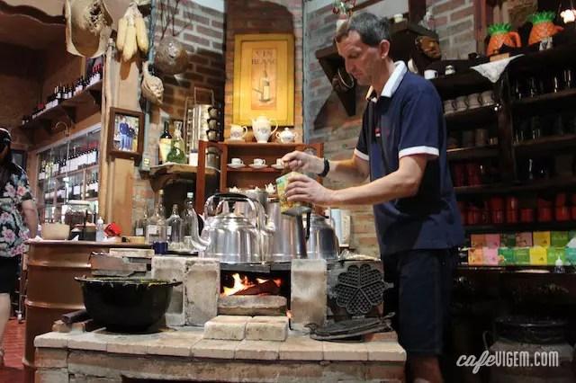 Enquanto conversa com a freguesia, Seu Dodô vai servindo o café coado e o chá na caneca esmaltada