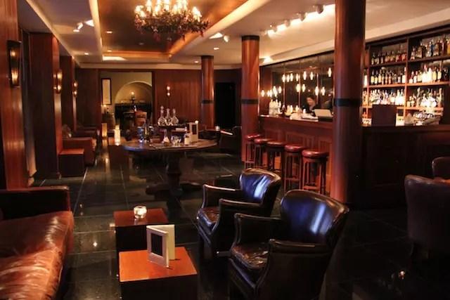 o bar para uma taça de vinho e beliscos antes do jantar