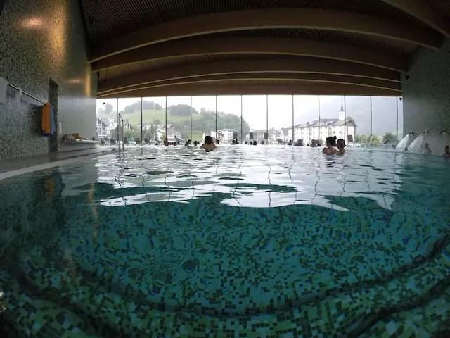 O maravilhooooso Spa LES BAINS DE LA GRUYÈRE - detalhe: é proibido fotografar na piscina.