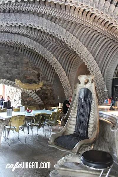 O mais excêntrico ainda Bar e Café HR GIGER (que fica logo em frente ao Museu). Visita imperdível