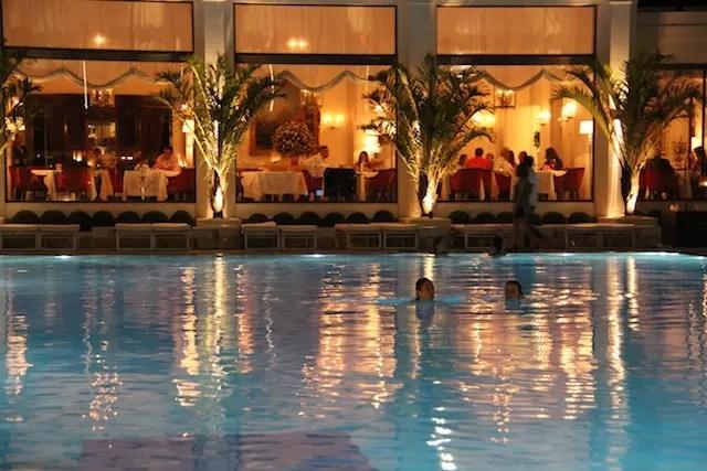 Eu nadando em frente a janela do elegante Cipriani ; D