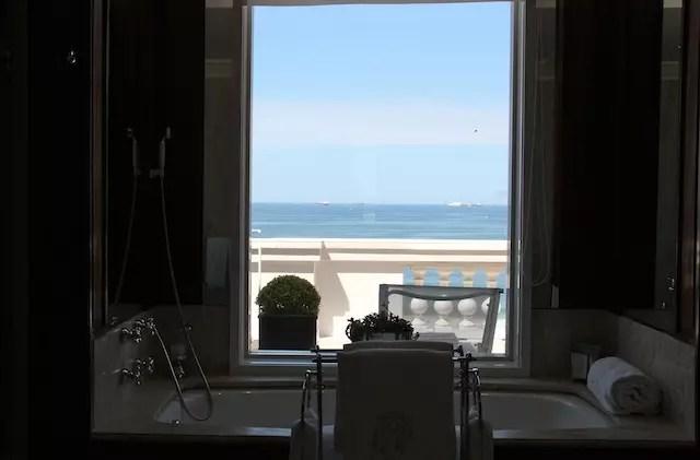 no banheiro, na banheira, também tem o mar!