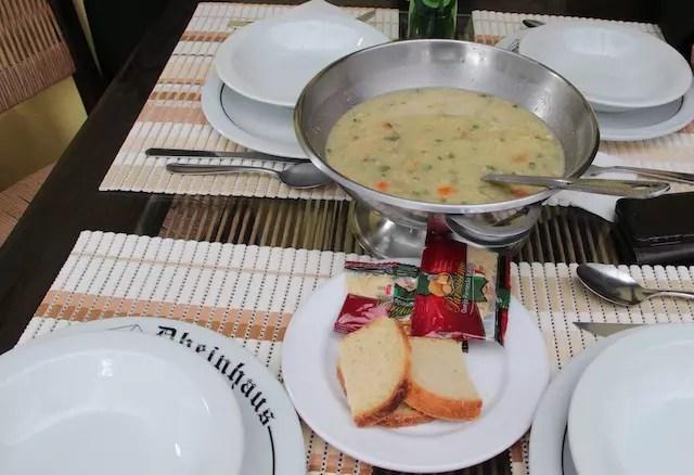 único prato servido à mesa é a sopa