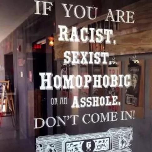 Na porta do hotel Gaythering já há um aviso que o hotel é diferente