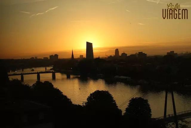 O amanhecer em Frankfurt Am Main da janela do quarto, lindooo
