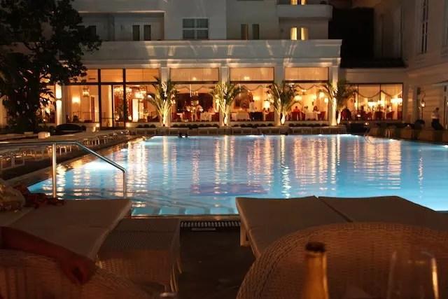 foto tirada da mesa ao ar livre do Pérgola e, ao fundo, as luzes do elegante Cipriani