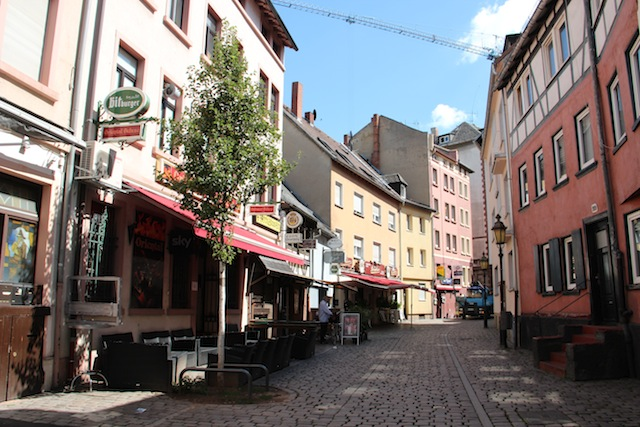 as simpáticas ruas da área que tem restaurantes e bares