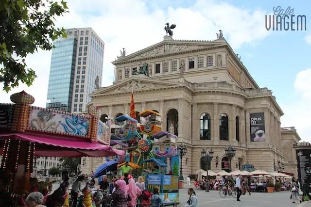 O prédio a Ópera de Frankfurt que oferece vários espetáculos