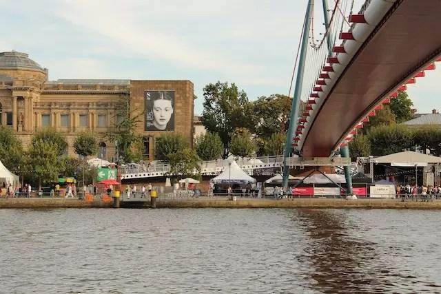 Ao fundo, do outro lado do rio, o Städel Museum