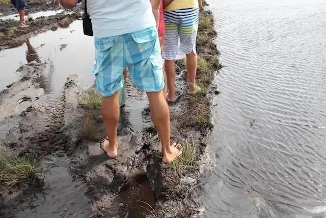 Enquanto uns pisaram na lama para pegar outro veículo a caminho...