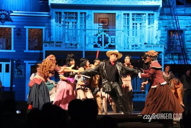 """A última atração do dia do parque: o espetáculo """"O Sonho do Cowboy"""" - o bandido rouba a cena!"""