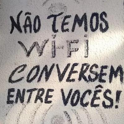 Aviso na parede de um dos restaurantes dá a letra... desconectar é a palavra de ordem em Jeri
