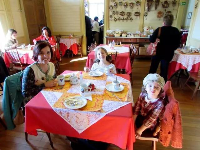Clau e suas pimpolhas no Castelinho de Canela - um de seus locais favoritos
