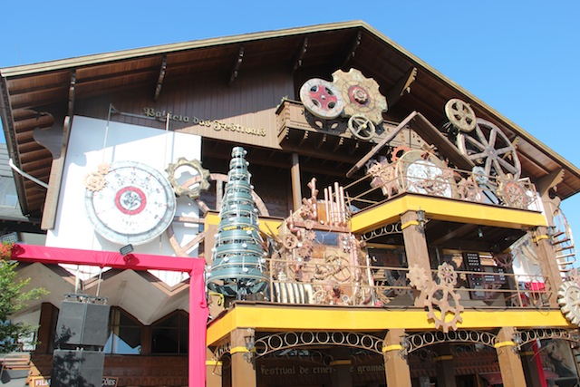 Agora, o Acendimento é na frente do Palácio dos Festivais que ganhou decoração especial na fachada