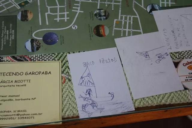 O desenho do barco pirata é do meu filho de outra visita. Ficamos felizes em encontrar o desenho na mesa