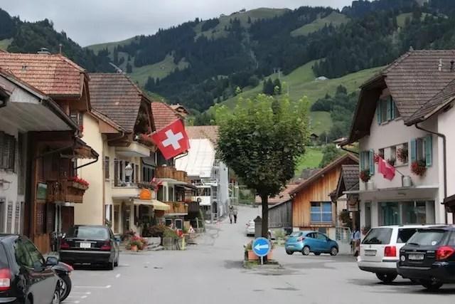 O vilarejo é essa ruela rodeada pelos alpes
