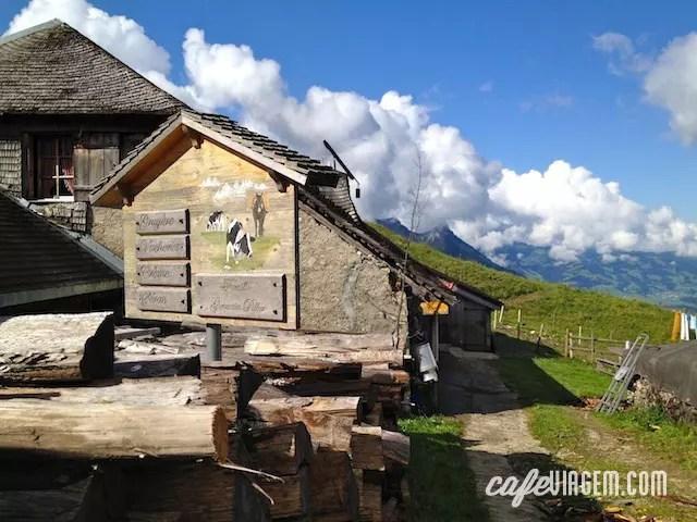 ao lado do teleférico, no verão, é possível ver a produção artesanal de queijo nessa casinha