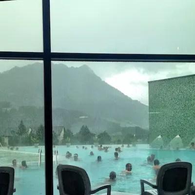 a área externa que mesmo no frio é bem quente e tem passagem por dentro da piscina