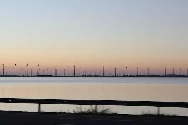 O amanhecer na Freeway, rodovia a caminho da Estrada do Mar