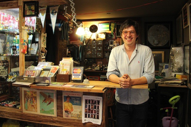Foto do Eduardo quando o local ainda era apenas uma loja e a pousada um sonho próximo!
