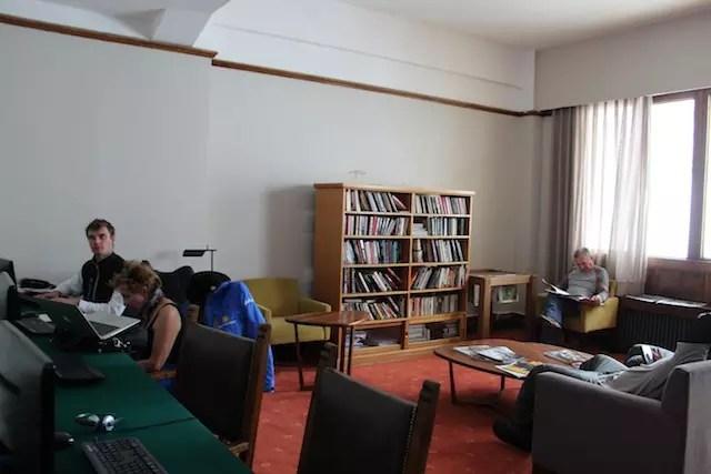 O espaço com computadores e livros