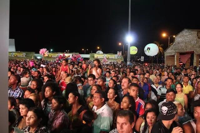 a multidão na Praça Maria Aragão