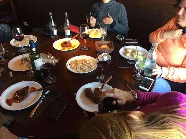 making off das blogueiras comendo e fotografando os pratos