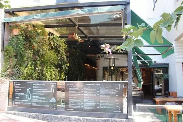 O restaurante que também tem entrada para hóspedes dentro do hotel