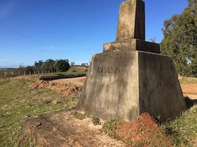 o marco que divide a fronteira e nos revela que chegamos aos vinhedos da Carrau no lado uruguaio