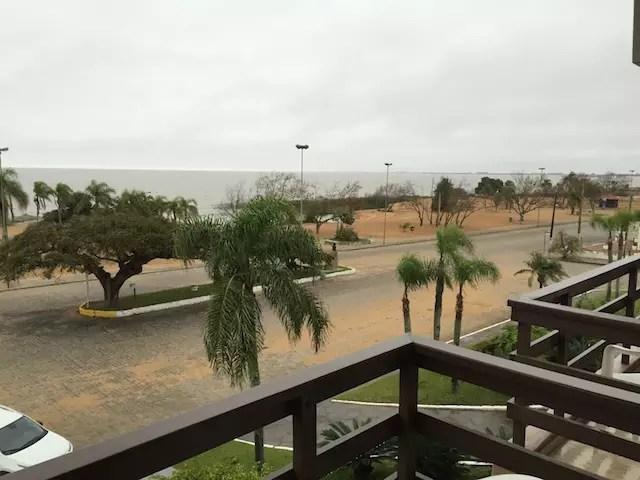 A vista da varanda dos quartos para a praia, pena o tempo feio que pegamos