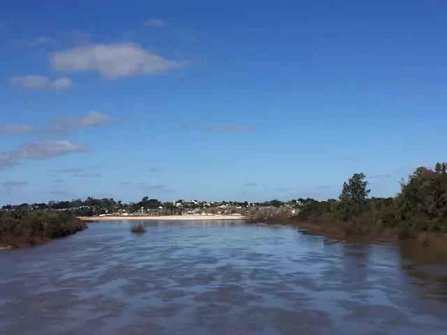 A praia vista da ponte