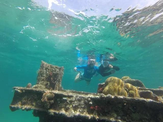 Ju e o Gui explorando o naufrágio.