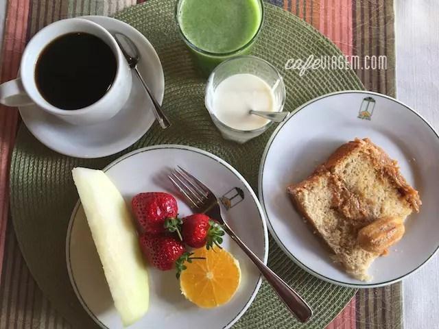 Minha opção: frutas, suco verde, iogurte caseiro e bolo churros com café passado